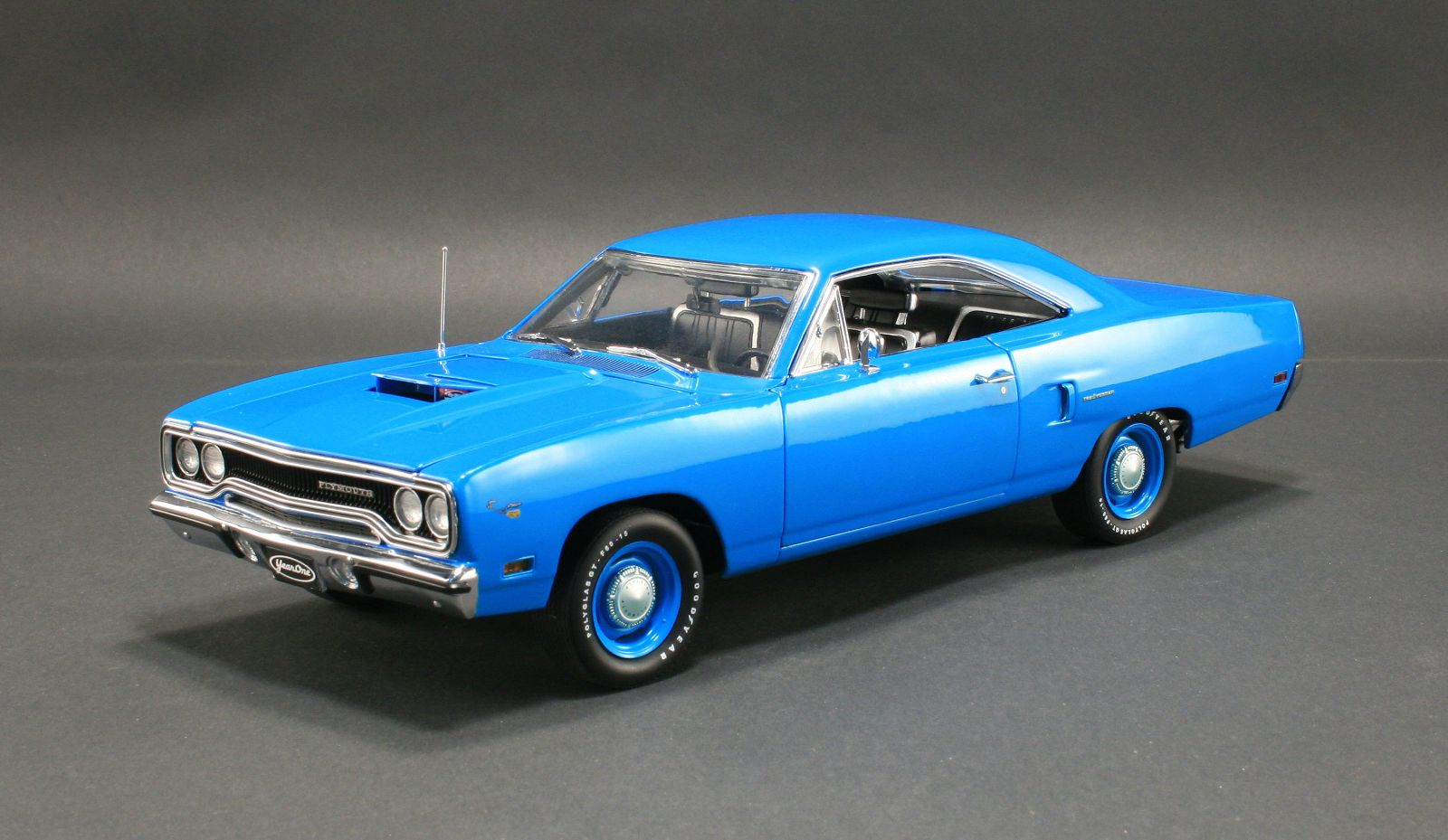 18801 - 1:18 GMP - 1:18 1970 Plymouth Road Runner - Corporate Blue